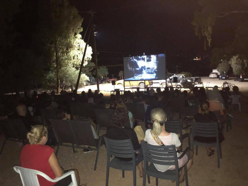 Read more about the article Φωτιά στην Εύβοια -Έστησε σινεμά στη Νότια Εύβοια για τους πληγέντες του νησιού