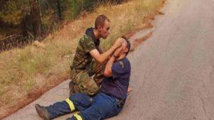 Read more about the article Viral φωτογραφία από τις φωτιές: Στρατιώτης παρέχει τις πρώτες βοήθειες σε πυροσβέστη!