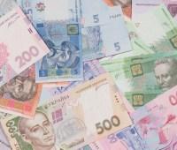 """Гривня укрепляется: курс на межбанке, наличном и """"черном"""" рынках"""