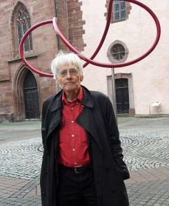 Timm Ulrichs vor seinem Kunstwerk in Einbeck. Archivfoto Dezember 2018: Frank Bertram