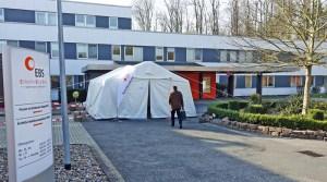 """Triage""-Zelt am Eingang des Einbecker Krankenhauses. Foto: Frank Bertram"