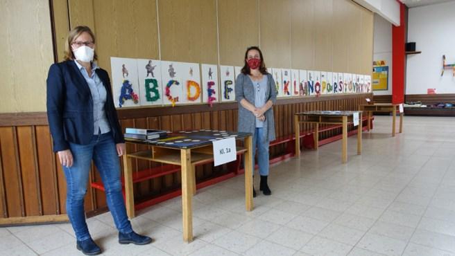 Bürgermeisterin Dr. Sabine Michalek (l.) und Schulleiterin Sabine Emmendörffer-Bülau an den Abholtischen in der Grundschule Drüber. Foto: Frank Bertram