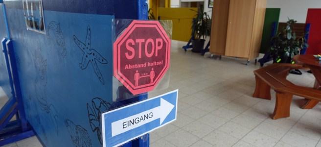 Schilder in der Grundschule Drüber. Foto: Frank Bertram