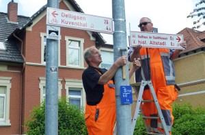 Mitarbeiter des Kommunalen Bauhofs der Stadt Einbeck arbeiten an der Radwege-Beschilderung. Foto: Stadt Einbeck