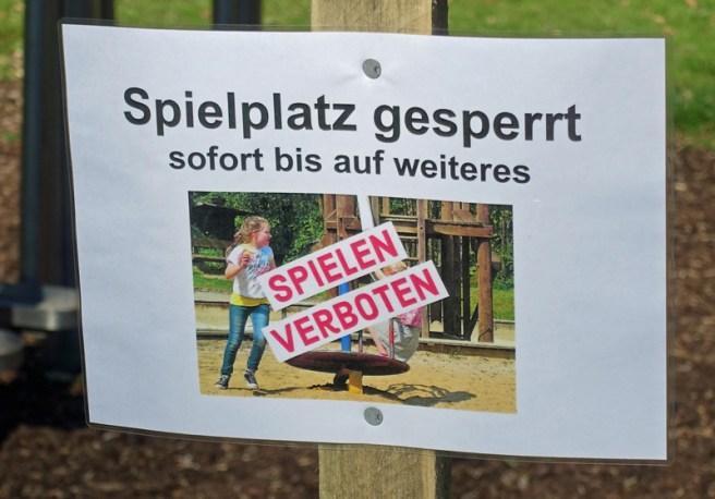"""Schild """"Spielplatz gesperrt"""" in Einbeck. Foto: Frank Bertram"""