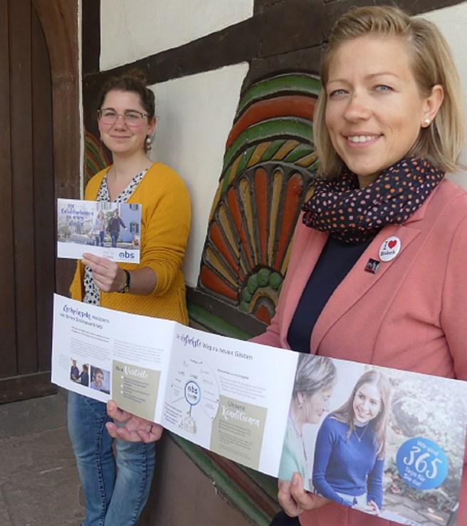 Vanessa Harries (l.) und Ulrike Lauerwald von der Tourist-Info Einbeck laden Gastgeber zu Infoveranstaltungen ein. Foto: Einbeck Tourismus / Stadt Einbeck