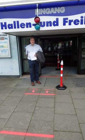 Am Eingang signalisieren rote und grüne Ampeln, wie voll es im Freibad ist, zeigt Geschäftsführer Bernd Cranen. Foto: Frank Bertram