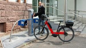 Tobias Oppen, Teamleiter Netzbetrieb Strom, an der E-Tankstelle. Foto: Stadtwerke Einbeck