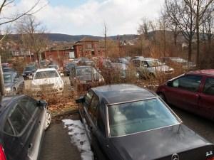 Der Parkplatz ist oft voll.
