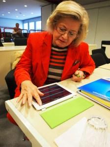 Christel Eppenstein (CDU) am iPad.