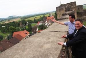 Christian Grascha (hinten) zeigt Patrick Döring den Blick von der Heldenburg.