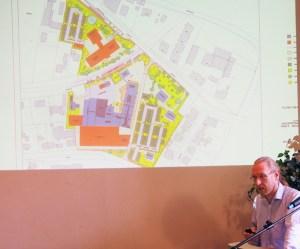 Planer Dirk Puche vor dem Kartenwerk des PS-Speicher-Vorhabens.