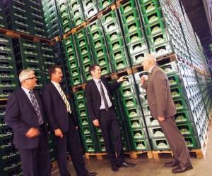 Da ist genug Bier da: FDP- Fraktionschef Christian Dürr und Christian Grascha mit den Brauherei-Vorständen Walter Schmidt (l.) und Lothar Gauß (r.)