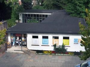 Stadtbibliothek mit Flachdach.