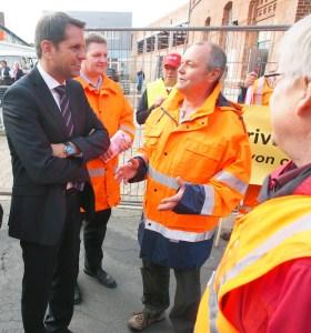 War ganz bei ihnen: Wirtschaftsminister Olaf Lies mit den Straßenbauern.