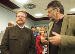 Wollen im Gespräch bleiben: Bernd von Garmissen und der wieder gewählte Landrat Michael Wickmann.