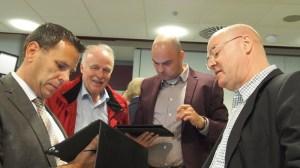 Verfolgten gebannt die Ergebnisse (v.l.): Kreisjustiziar Jörg Richert (Salzderhelden), Irnfried Rabe (FDP), Simon Hartmann (SPD) und der Kreistagsvorsitzende Peter Traupe (SPD) aus Einbeck.
