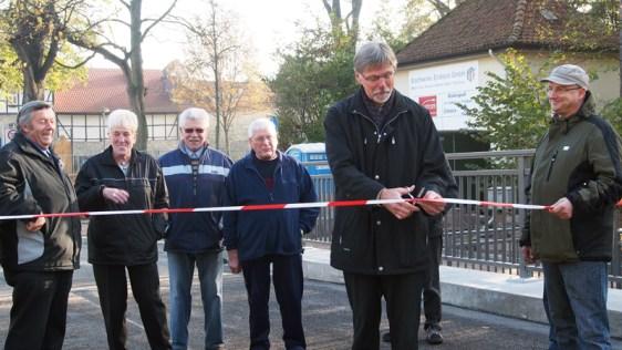 Mit einem Schnitt ist der Weg wieder frei: Baudirektor Gerald Strohmeier dankte den Anliegern für ihre Geduld.