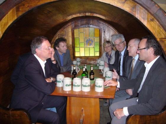 2012 war Wahlkämpfer Weil (links) schon mal im Einbecker Brauhaus zu Besuch, hier mit SPD-Größen und Brauhaus-Vorstand.