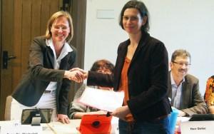 Über 150 Unterschriften für eine Ferienöffnung überreichte die Vorsitzende des  Stadtelternrates Einbecker Kindertagesstätten (Sterek), Alice Werner (r.), an Bürgermeisterin Dr. Sabine Michalek.