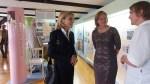 """Die Magazin-Räume selbst sah sich Doris Schröder-Köpf (links) nicht an, wohl aber mit Bürgermeisterin und Museumsleiterin die Ausstellung """"Angekommen""""."""