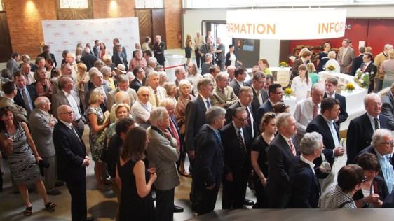Warten auf den Einlass: die Gäste beim Start des PS-Speichers in Einbeck.
