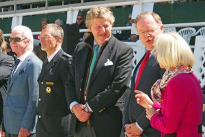 Sabine Grafin von Hardenberg und Carl Graf von Hardenberg plaudern mit dem Ministerpräsidenten, links Polizeichef Hans Walter Rusteberg.