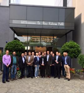 Dr. Roy Kühne mit Mitarbeitern vor dem PS-Speicher.