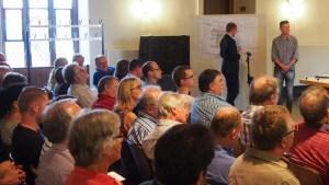 Bei der Info- und Diskussionsveranstaltung notierte Bauamtsleiter Frithjof Look die Ideen auf dem Grundriss-Plan.