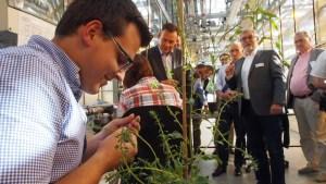 Pflanzentechnologie erlernen, das kann man an der BBS in Einbeck - auch das lernte Thomas Oppermann bei seinem jüngsten KWS-Besuch.