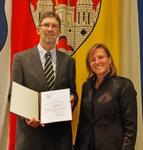 Geht zum 31.12.2015 in den Ruhestand: Fachbereichsleiter Albert Deike, hier mit Bürgermeisterin Dr. Sabine Michalek.