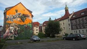 Neues Rathaus, Rückseite vom Hubeweg mit Wandkunst. Archivfoto.