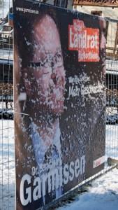 Wahlplakate in Schnee und Eis, hier eines von Bernd von Garmissen in Einbeck.