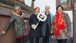 Da hat sie ihn noch, den Schlüssel: Bürgermeisterin Dr. Sabine Michalek mit den Ratsmitgliedern Heidrun Hoffmann-Taufall, Beatrix Tappe-Rostalski und Eunice Schenitzki (v.l.).