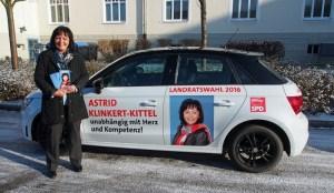 Astrid Klinkert-Kittel vor ihrem Privat-Audi, der jetzt beklebt als Wahlkampfauto dient.