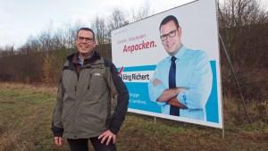 Jörg Richert: Im Original mit Jacke, auf dem Plakat trotz Winter hemdsärmelig.