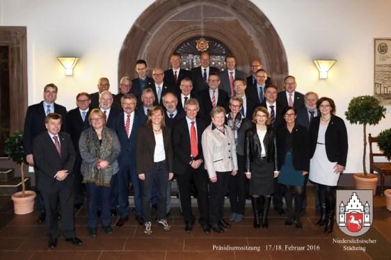 Gruppenbild mit Bürgermeistern: die Teilnehmer der Präsidium-Tagung des Städtetages in Einbeck. Foto: Stadt Einbeck/Fotogen