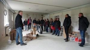 Ortstermin des Jugendausschusses auf der Baustelle: Henrik Probst (l.) erläutert das Vorhaben.