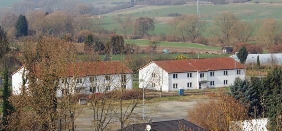 Am Rande der Stadt: Im Gebäude links der einstigen Flüchtlingswohnheime am Kohnser Weg entsteht das neue Haus der Jugend.