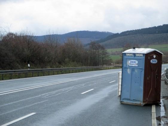 Direkter Klo-Zugang auf der Autobahn.