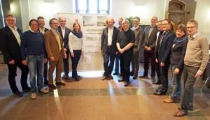 """Einigte sich auf einstimmig auf den Sieger-Entwurf von """"Planorama"""" aus Berlin: Das Preisgericht des Architektenwettbewerbs für den Neustädter Kirchplatz in Einbeck."""
