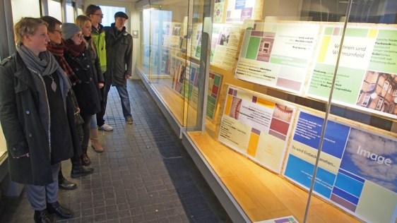 Was wünschen sich die Menschen für das Quartier Tiedexer Höfe? Studierende der HAWK zeigen das auf Infotafeln in Schaufenster in der Marktstraße 10 in Einbeck.
