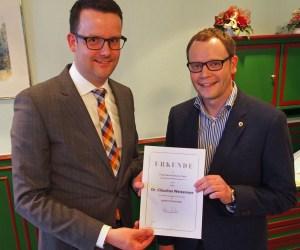 Kandidiert nicht im Herbst und zieht zum 1. Mai aus beruflichen Gründen nach Karlsruhe: Dr. Claudius Weisensee (r.), geehrt von Christian Grascha für 20-jährige FDP-Mitgliedschaft.