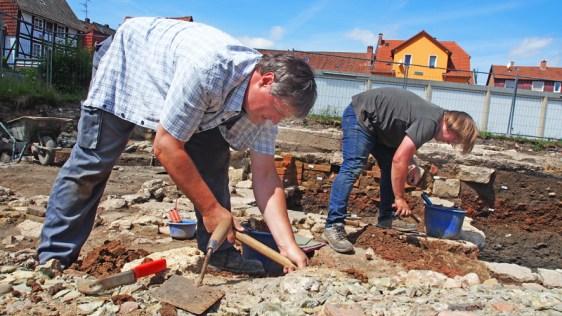 Dr. Stefan Teuber (l.) bei seiner jüngsten Ausgrabung am Petersilienwasser in Einbeck.