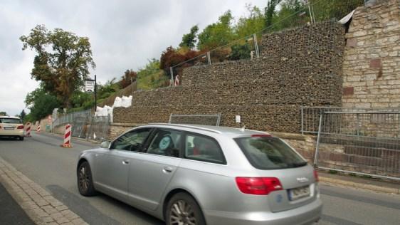 Gabionen sichern bislang die Zufahrt, nachdem ein Teil der Stützmauer aus bislang ungeklärter Ursache im Oktober 2015 eingestürzt war.