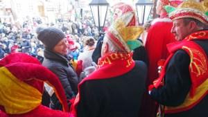 Bürgermeisterin im Kreise der Karnevalisten.