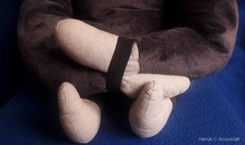 übereinandergelegte Hände des Bent, die mit dem Elastikband verbunden sind