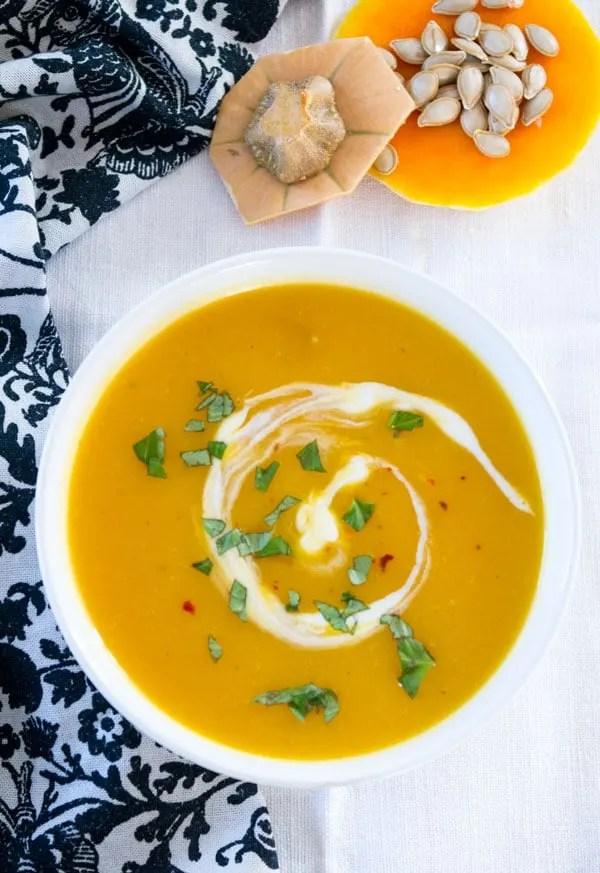 Kürbissuppe mit Ingwer und Kokosmilch - die leichte Variante. Simpel, schnell, unheimlich lecker. Zu finden auf www.einepriselecker.de Auch für den Thermomix!