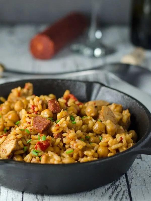würzige Reispfanne mit Hähnchen, Chorizo und Kichererbsen. Köstlich würzig und aromatisch. Recipe aso in english! www.einepriselecker.de