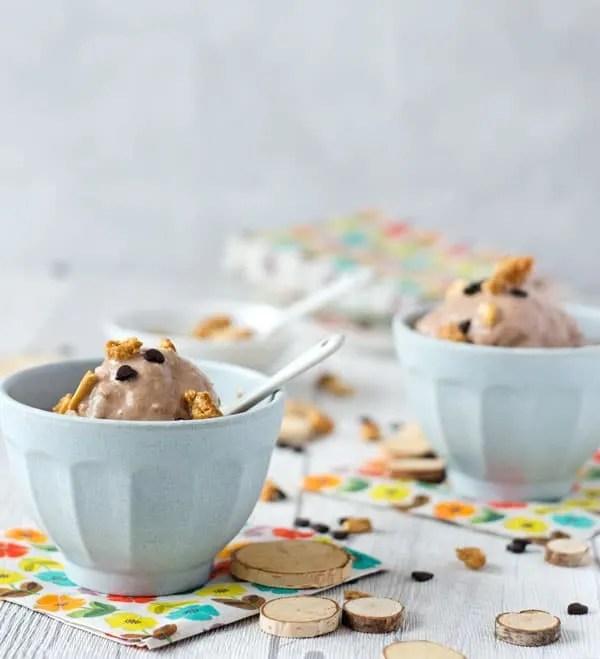 kalorienarmes Erdnusseis mit Schokolade. Einfach zu machen, cremig und köstlich.